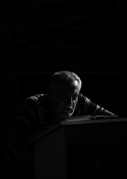 Fotos de stock gratuitas de Corán, en blanco y negro, soporte del corán