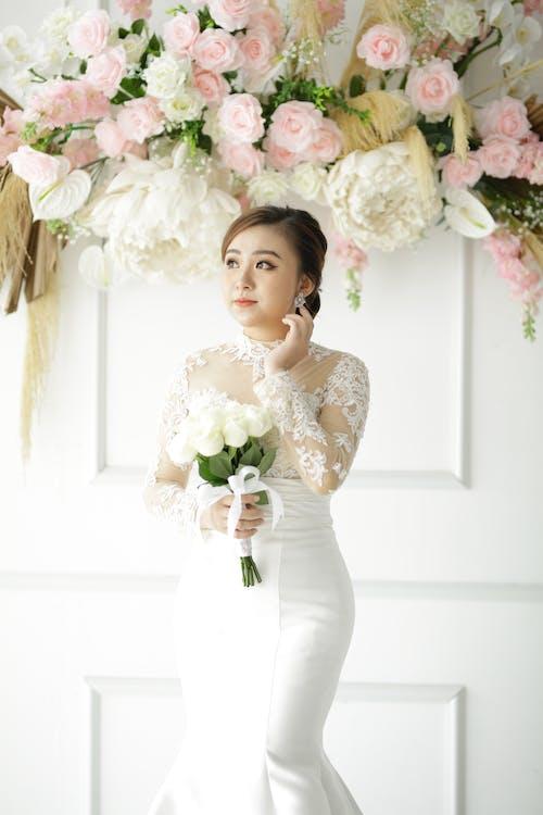 Бесплатное стоковое фото с азиатка, букет цветов, в помещении