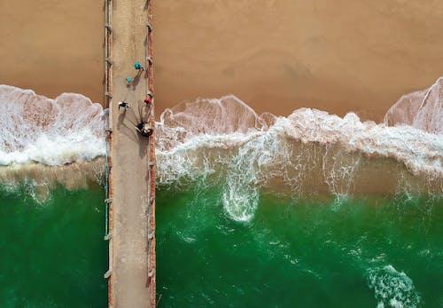 Gratis lagerfoto af anløbsbro, bølger, folk, fugleperspektiv
