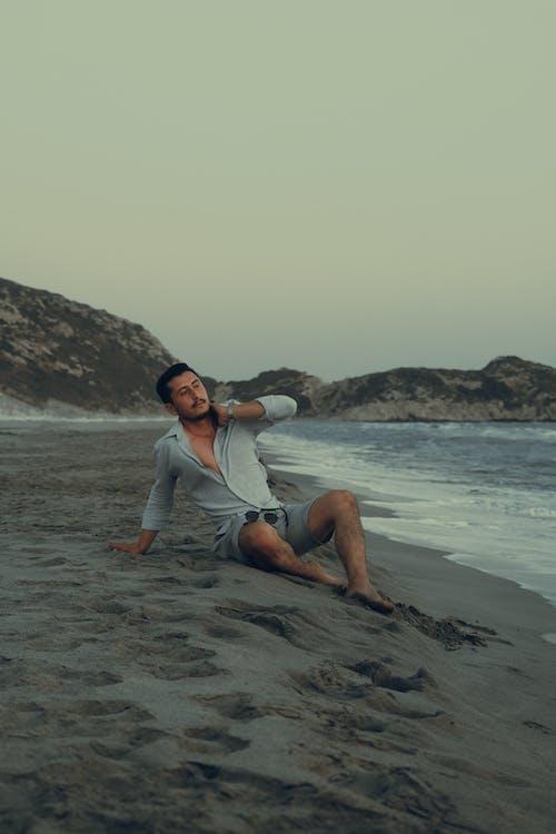 Foto profissional grátis de adulto, água, areia