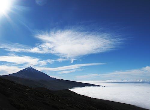 Δωρεάν στοκ φωτογραφιών με βουνό, γραφικός, ηλιόλουστος, θάλασσα από σύννεφα