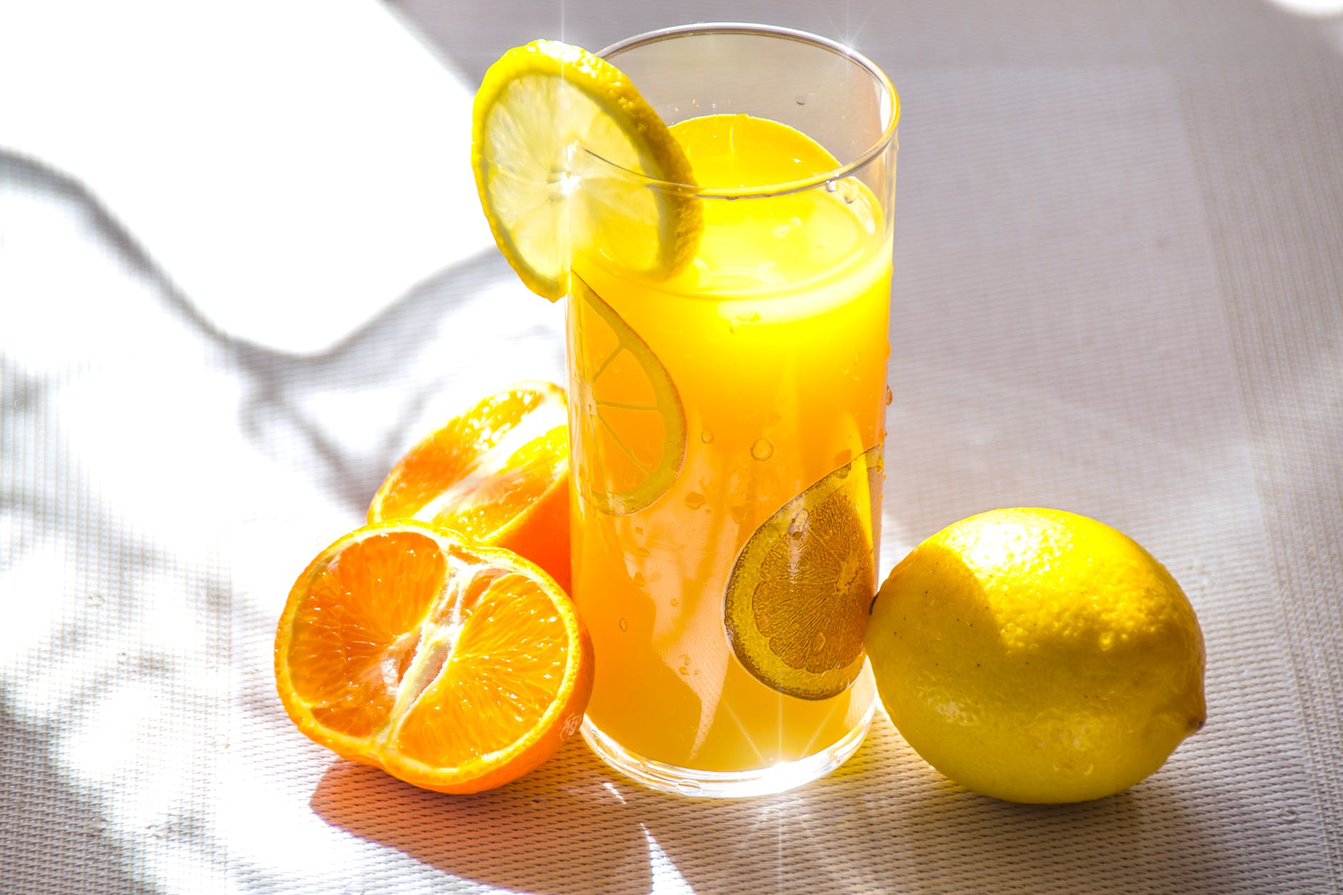 Glas vol met sinaasappelsap/jus d'orange vol met ongezonde suikers.