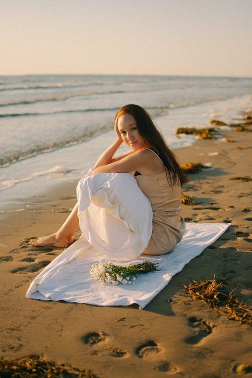 Immagine gratuita di cielo, cuscino, donna caucasica