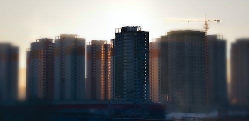 Ilmainen kuvapankkikuva tunnisteilla aamuaurinko, rakennukset, sun kaupunki