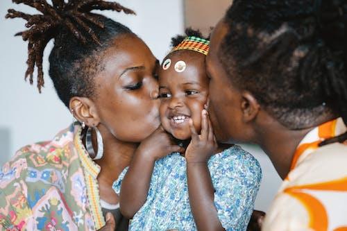 Sepasang Kekasih Mencium Putri Lucunya