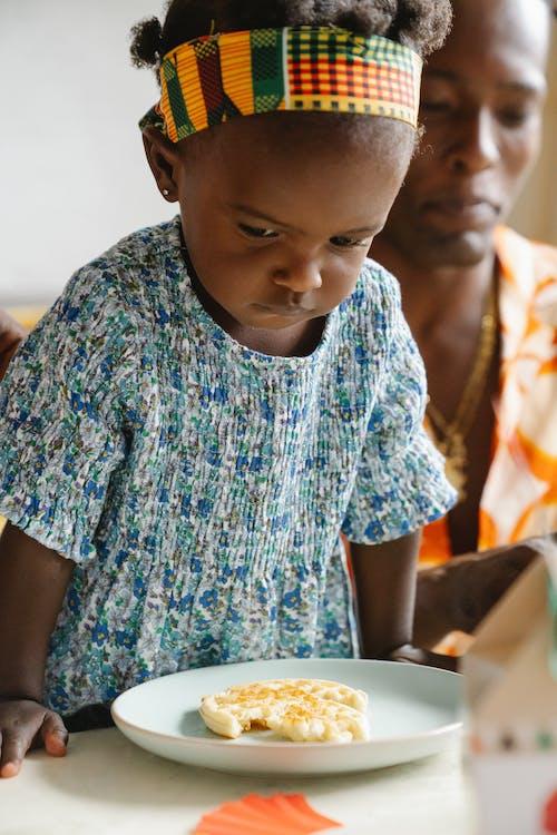 Petite Fille En Robe Bleue, Manger Le Petit Déjeuner