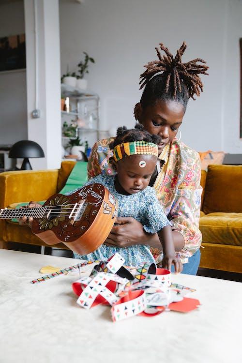Madre E Figlia Che Giocano Insieme