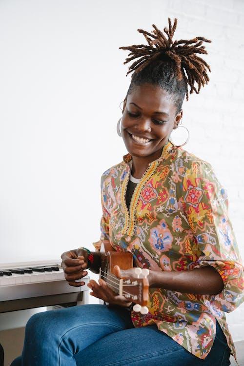 Ingyenes stockfotó afro-amerikai nő, boldogság, függőleges lövés témában