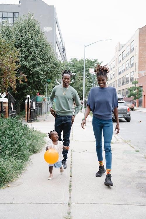 Foto d'estoc gratuïta de a l'aire lliure, afroamericà, caminant