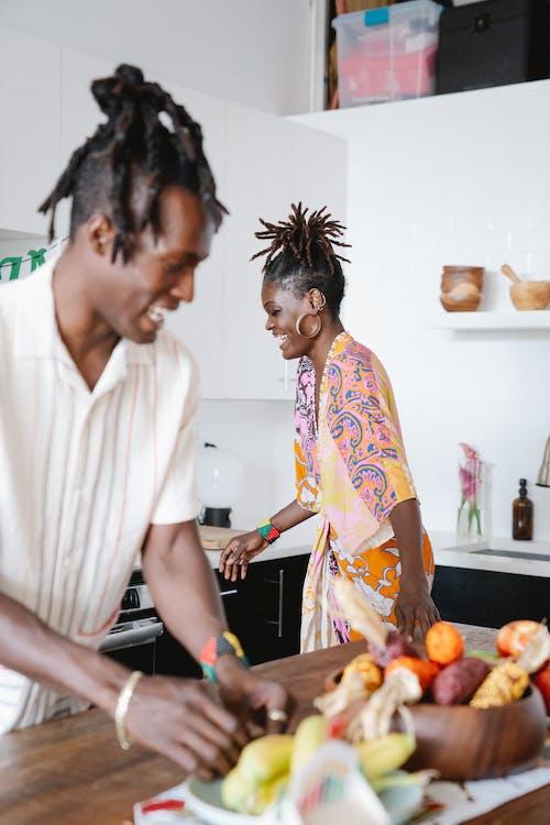 キッチンで笑っているカップル