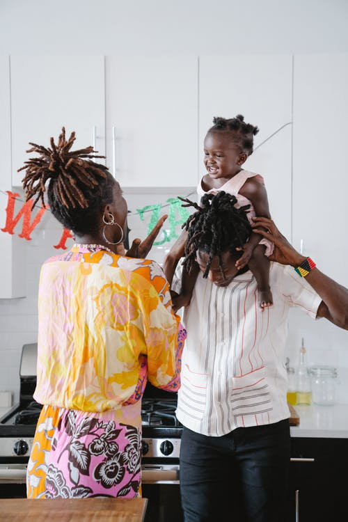 Una Familia Feliz Jugando Con Su Hija