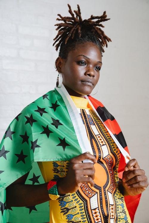 Fotos de stock gratuitas de bandera, cabello afro, de pie