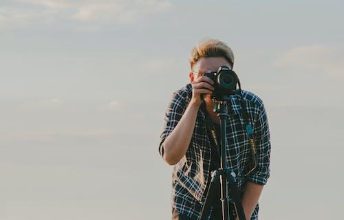 Kostnadsfri bild av dagtid, ha på sig, kamera, man