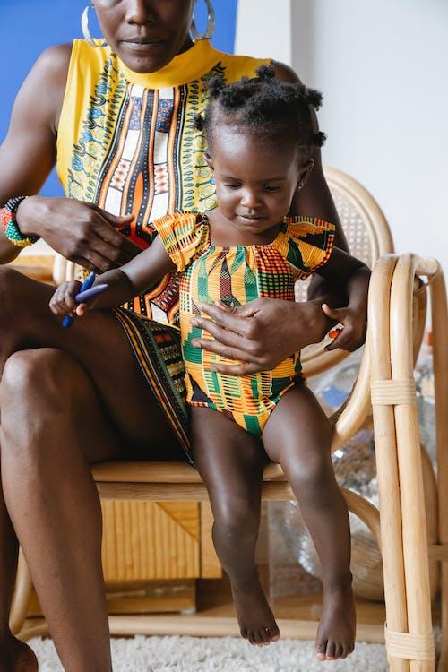Gratis stockfoto met affectie, Afro-Amerikaans, armstoel