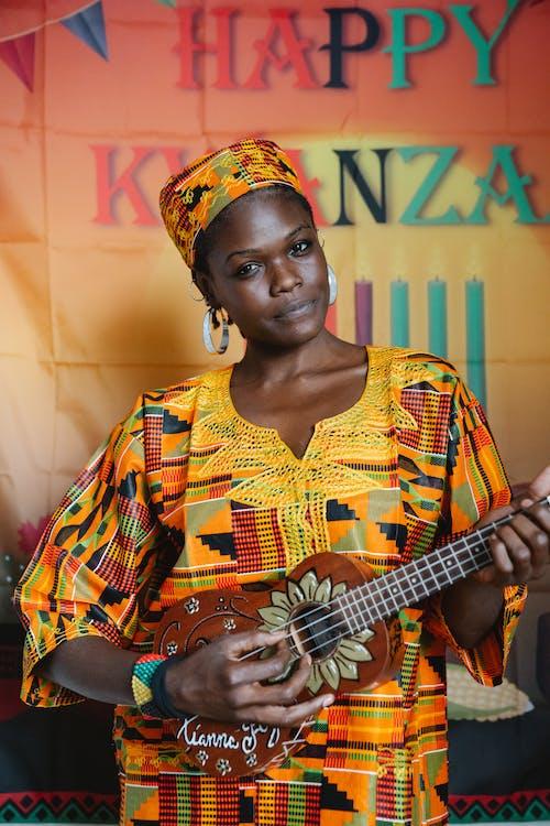 Mujer En Ropas Tradicionales Tocando El Ukelele