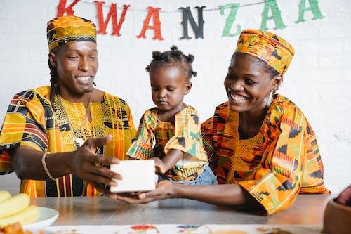 Rodzina świętująca Kwanzaa