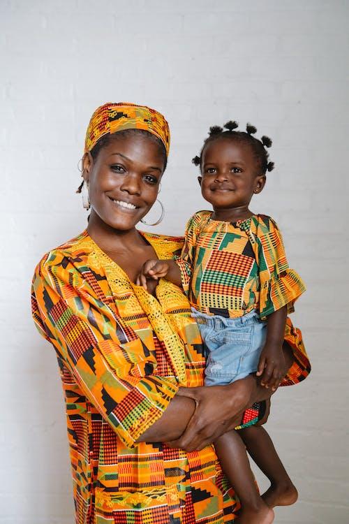 Moeder En Dochter In Traditionele Kleding Lachend Naar De Camera