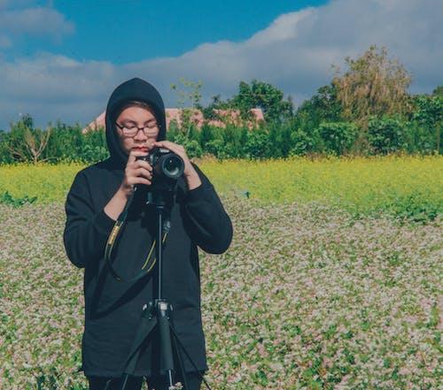 三腳架, 人, 年輕, 拍照片 的 免费素材照片