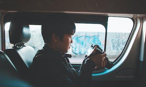 Fotobanka sbezplatnými fotkami na tému auto, chlap, chlapec, človek