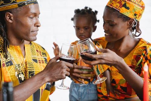 Foto profissional grátis de afro-americano, bebida alcoólica, bebidas
