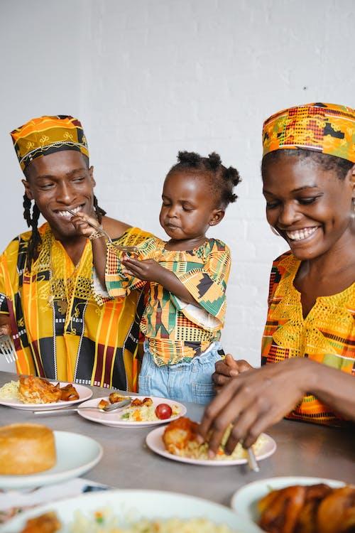 Una Famiglia Felice Che Mangia Insieme