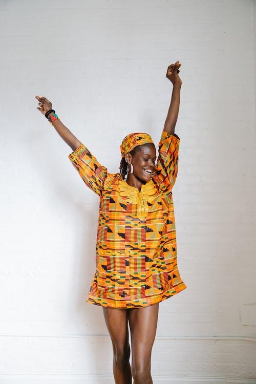 Fotos de stock gratuitas de brazos levantados, casual, de pie