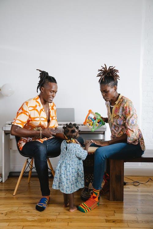 Gratis stockfoto met Afro-Amerikaans, binden, dochter