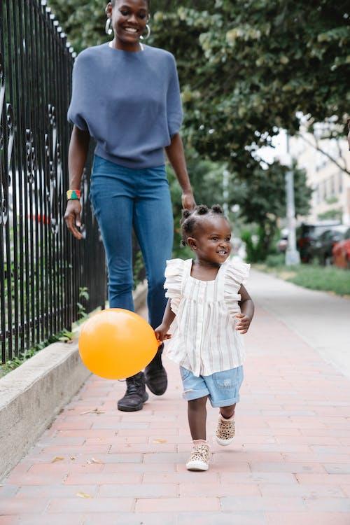 Fotos de stock gratuitas de acera, afroamericano, caminando