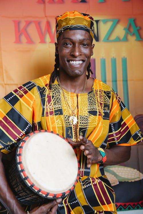 Photos gratuites de à l'intérieur, homme afro-américain, instrument de percussion