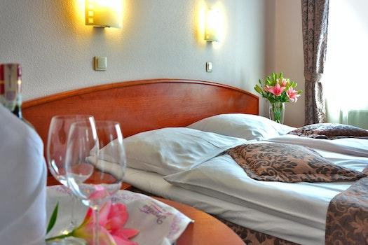 Kostenloses Stock Foto zu hotel, bett, weingläser, hotelzimmer