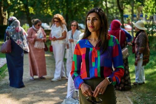 Gratis stockfoto met aangenaam, Amerikaans-Spaanse vrouw, blij