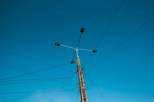 Gratis lagerfoto af appelsin, blå, blå himmel, gade