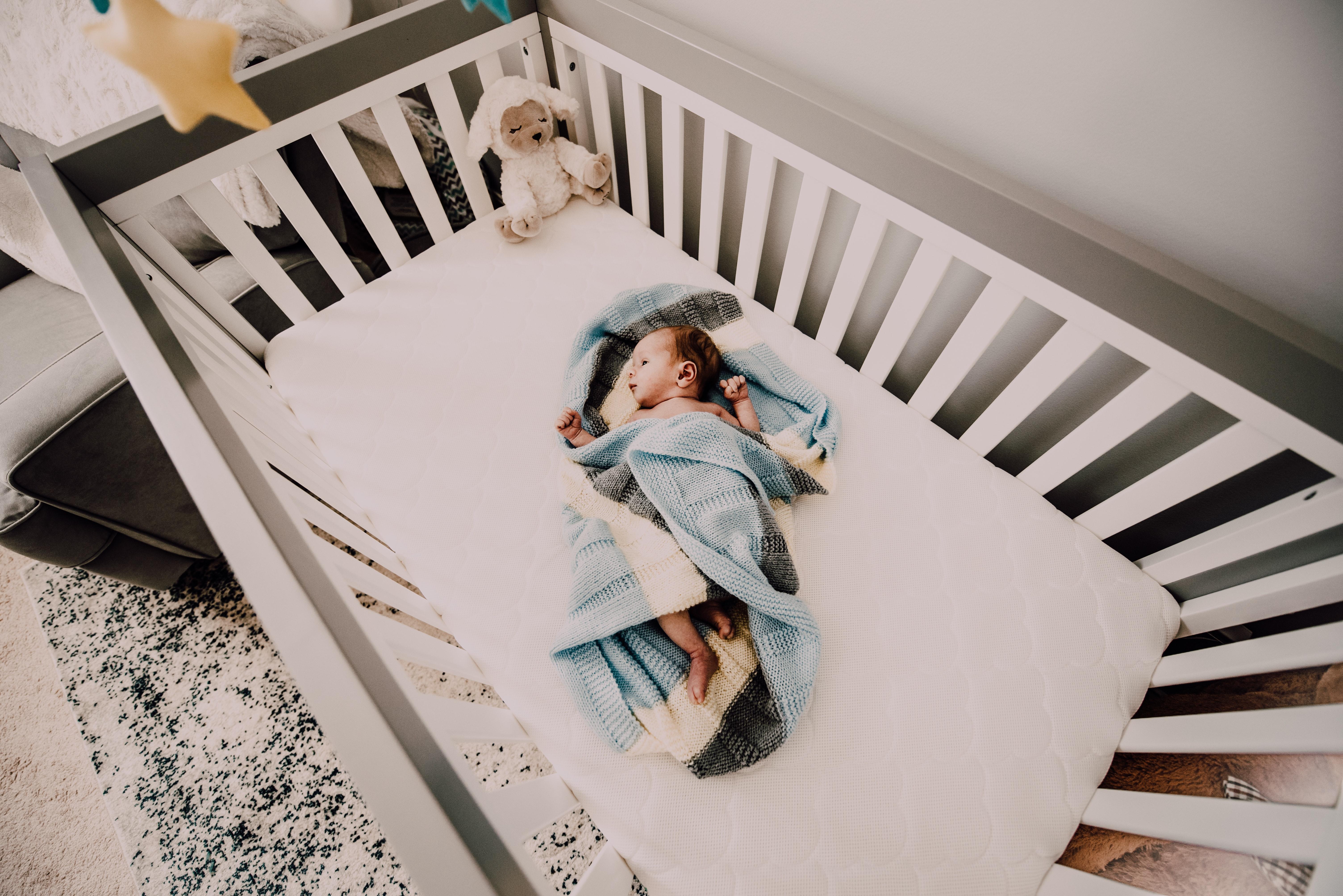 Kostenloses foto zum thema: baby bett kind