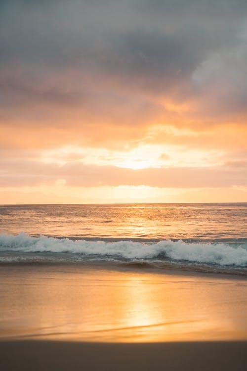 Бесплатное стоковое фото с вертикальный выстрел, водоем, волна