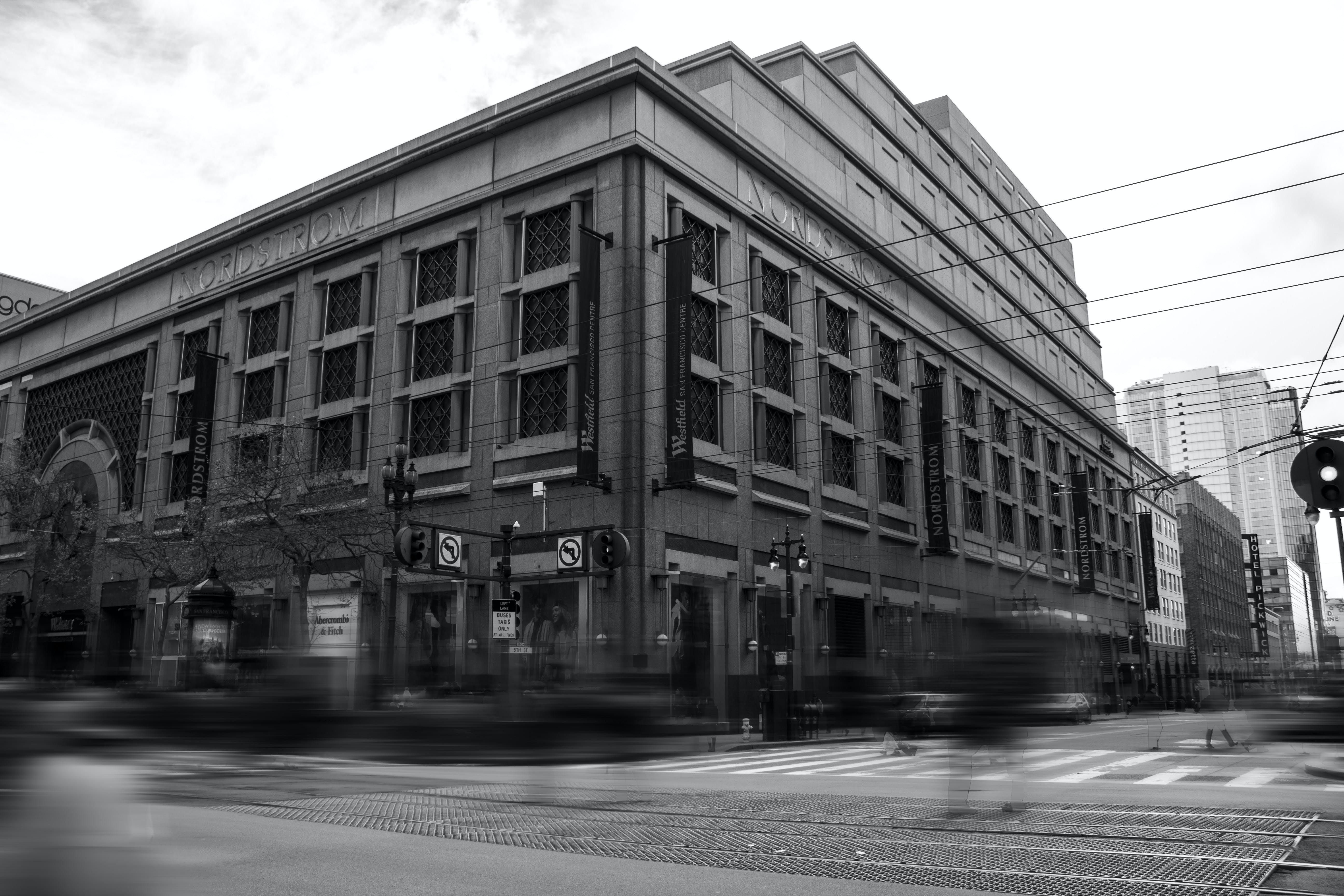Kostenloses Stock Foto zu architektur, innenstadt, langzeitbelichtung, schwarz und weiß