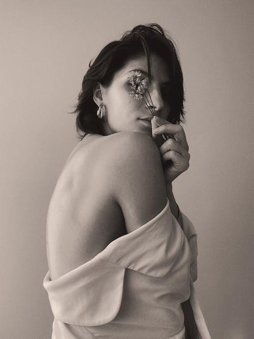 Immagine gratuita di adulto, bianco e nero, copertura