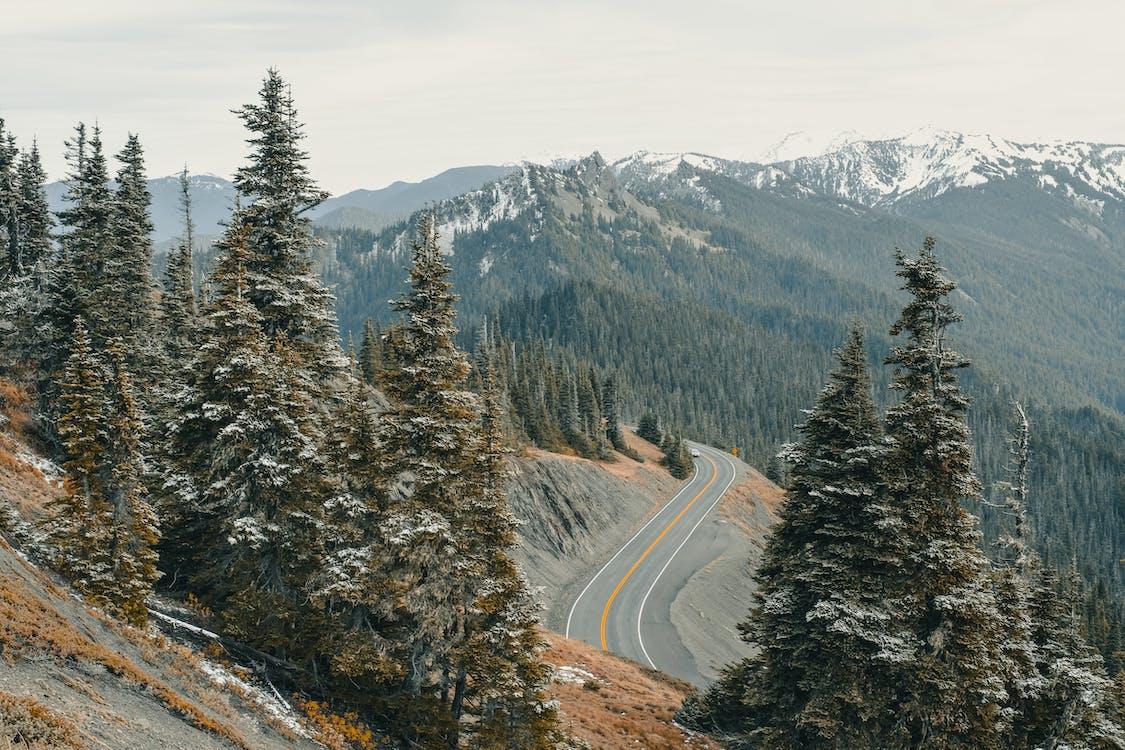 懸崖上的灰柏油路