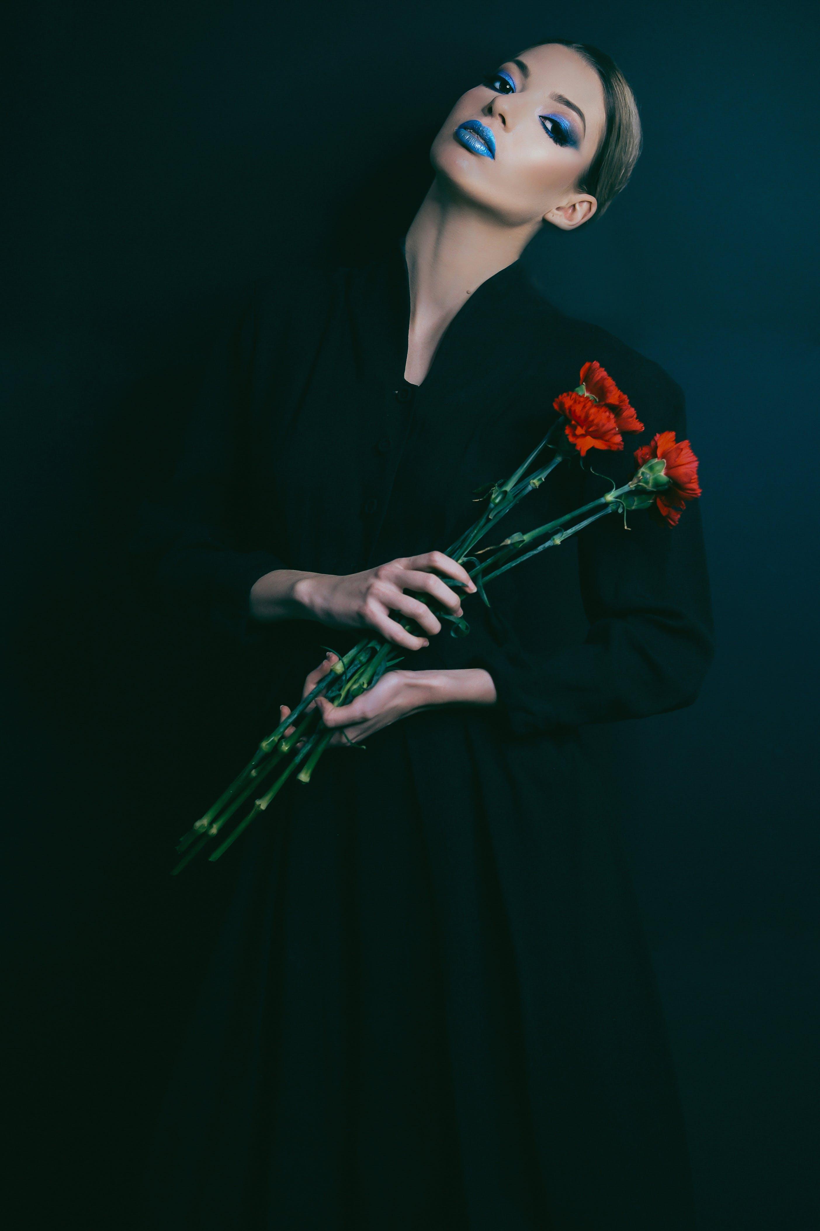 Základová fotografie zdarma na téma černá, červené kytky, dospělý, krásné květiny