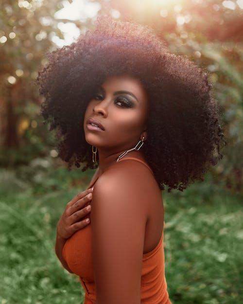 Бесплатное стоковое фото с афро волосы, афро-американка, безрукавка