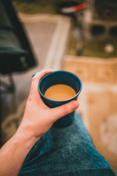 Gratis arkivbilde med hånd, holde, kopp kaffe