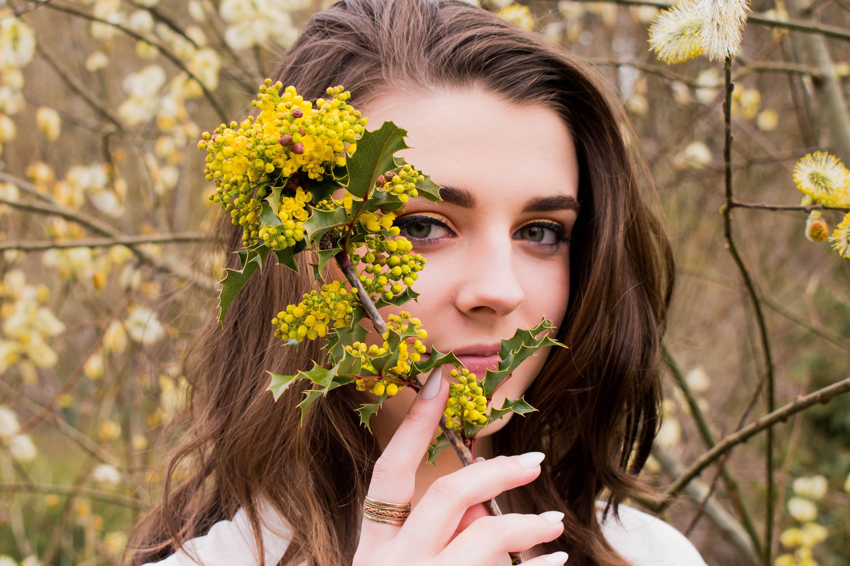 Foto d'estoc gratuïta de arbre, bonic, dona, flor