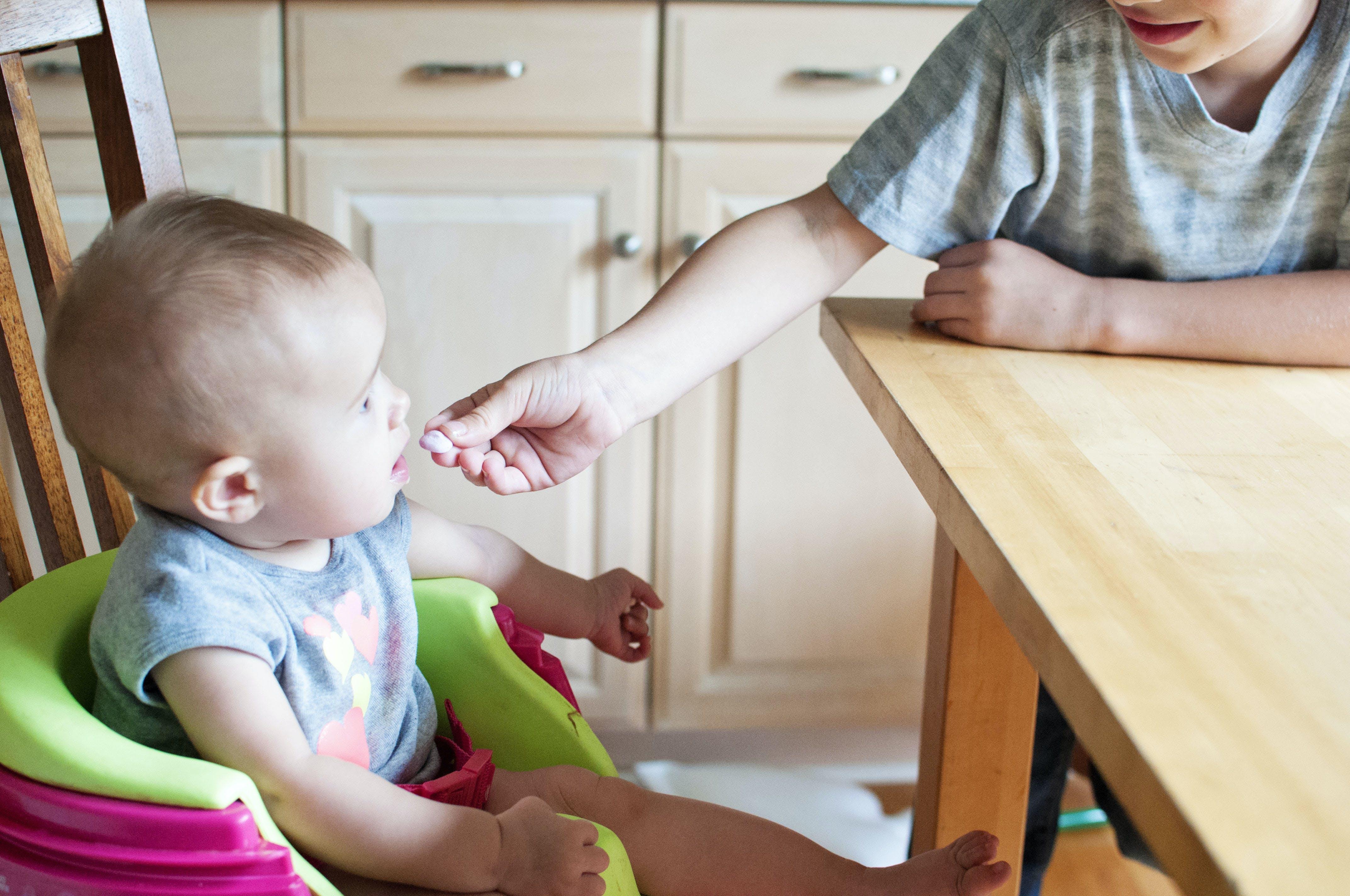 Ingyenes stockfotó aranyos, baba, baba eszik, beltéri témában
