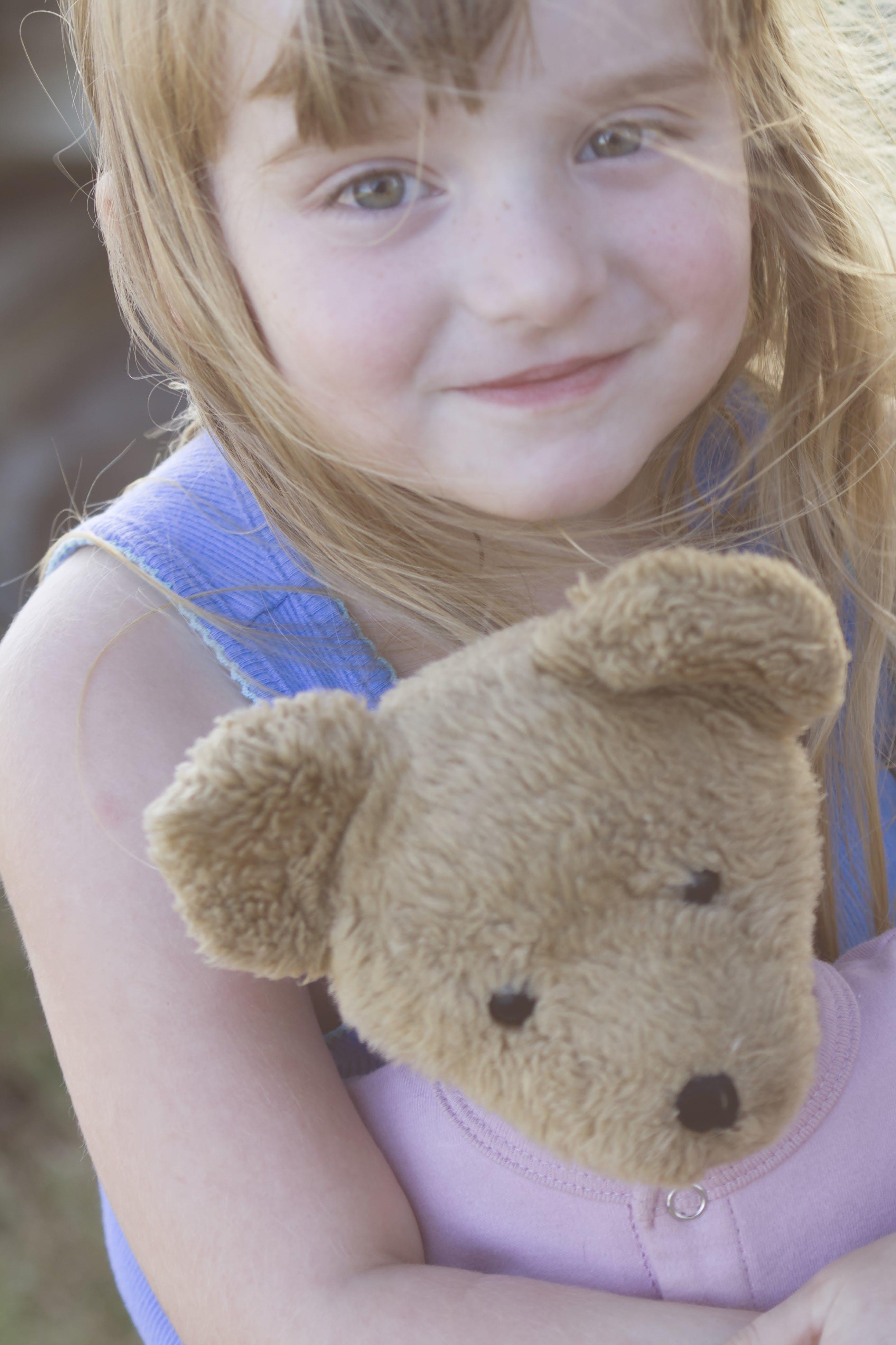Gratis arkivbilde med bamse, liten jente, mennesker, søt