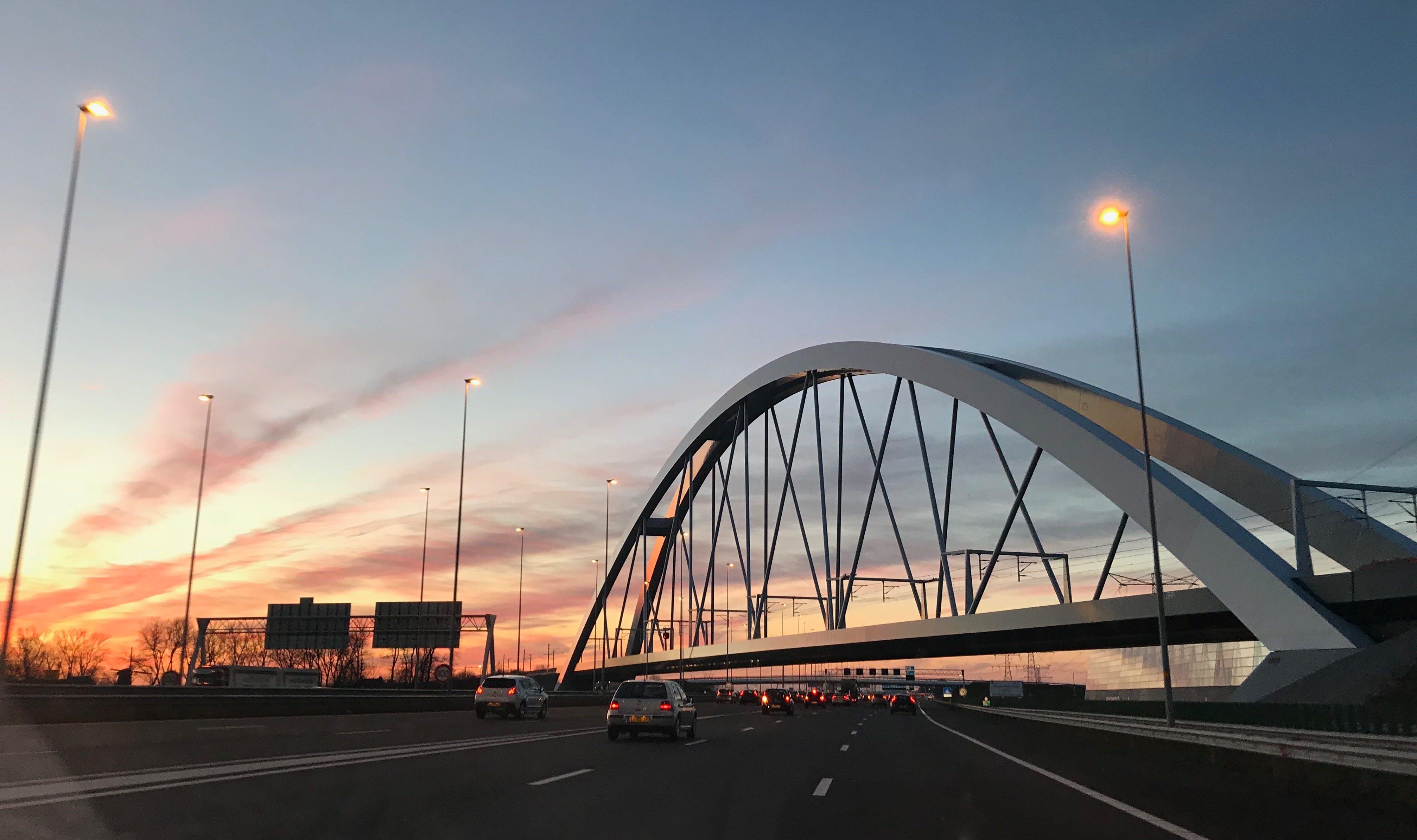 Безкоштовне стокове фото на тему «автомобілі, залізниця, залізничний міст, Захід сонця»