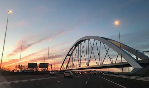 Ilmainen kuvapankkikuva tunnisteilla auringonlasku, autot, junanrata, liikenne