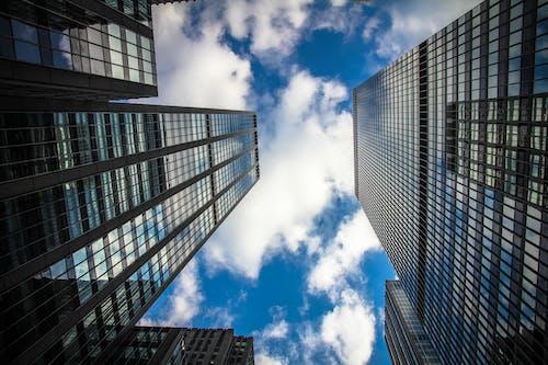 Ilmainen kuvapankkikuva tunnisteilla arkkitehtuuri, kuva alakulmasta, perspektiivi, pilvenpiirtäjät