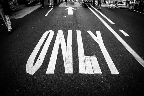 Darmowe zdjęcie z galerii z asfalt, autostrada, czarno-biały, droga