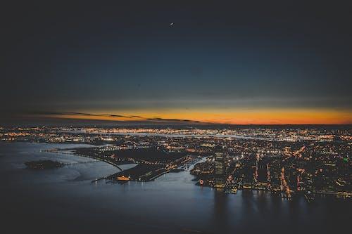 akşam, binalar, deniz kıyısı, gökyüzü içeren Ücretsiz stok fotoğraf