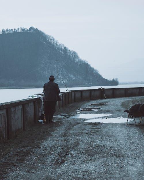 Foto d'estoc gratuïta de adult, aigua, esbarjo, home