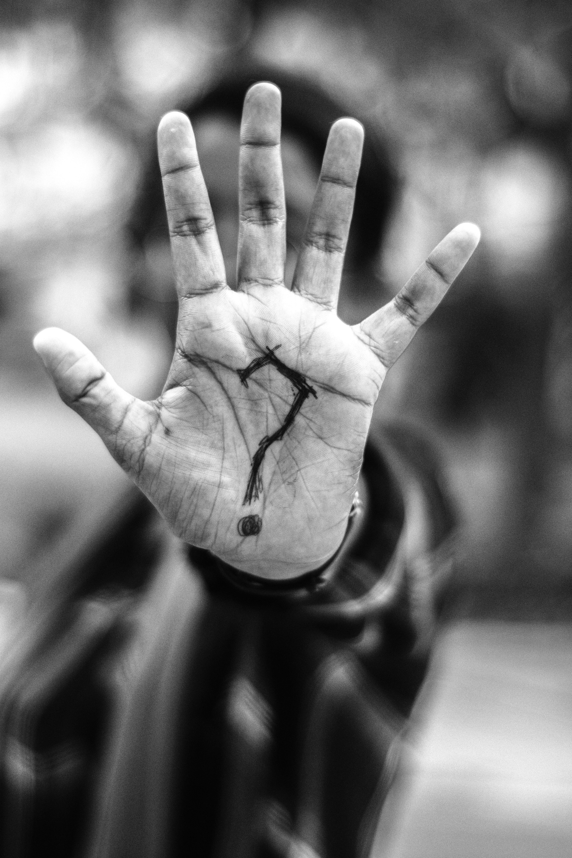 Kostenloses Stock Foto zu einfarbig, erwachsener, finger, palme (hand)